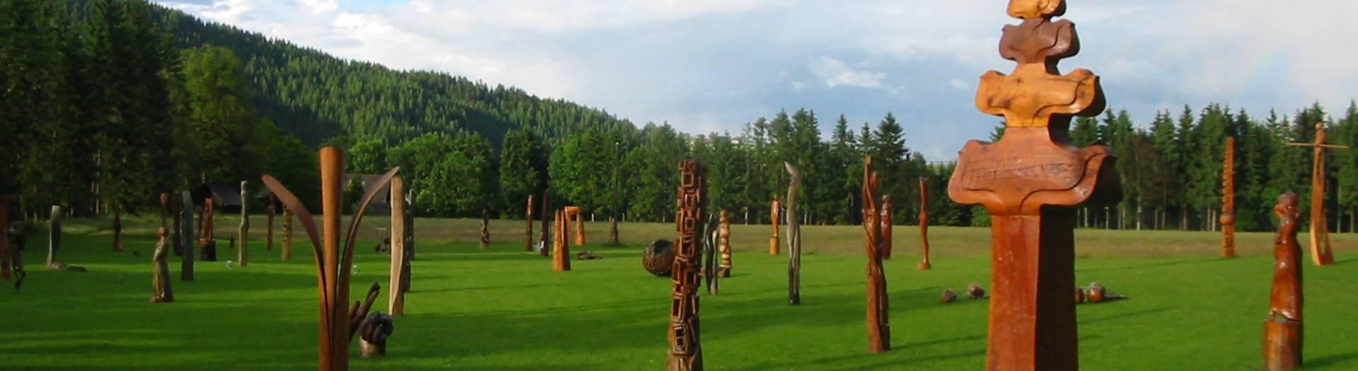 Holzskulpturenpark im Schloss Albeck in Albeck Sirnitz