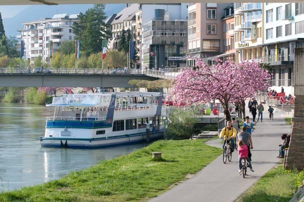 Radfahren im Frühling am Drauradweg in der Stadt Villach