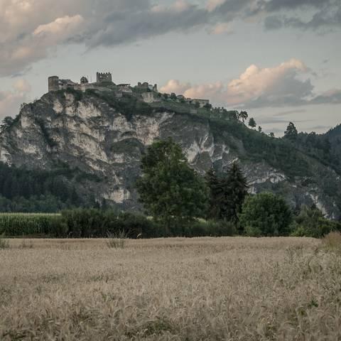 <p>Das markante Wahrzeichen von Griffen, der Griffener Schlossberg mit der Burg, beherbergt eine Tropfsteinhöhle.</p>