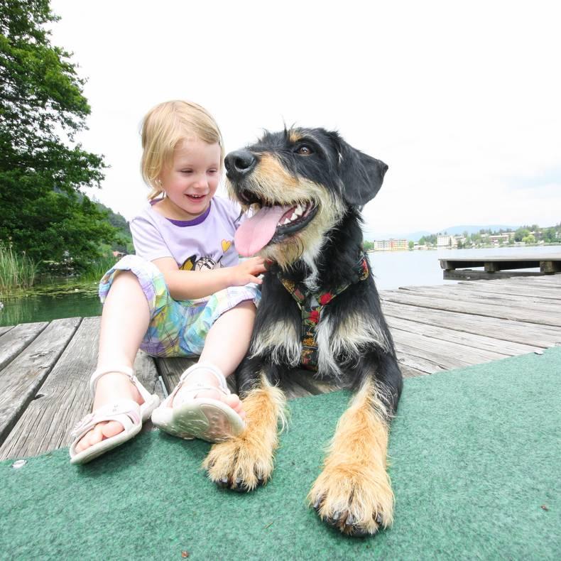 Kind mit Hund am See
