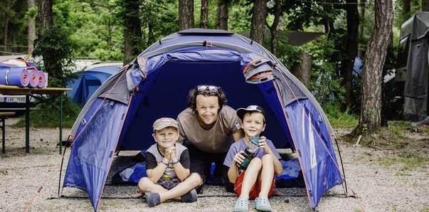 Roland mit den Jungs im Zelt