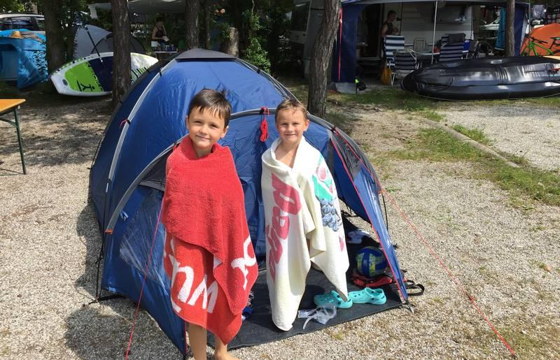 Die Jungs vor dem Zelt