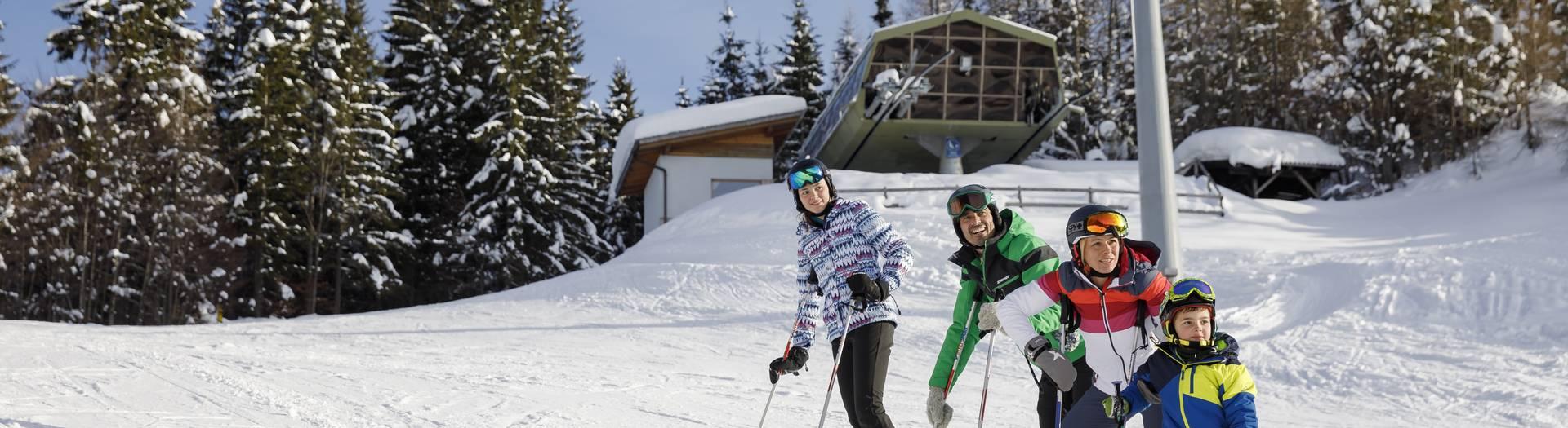 Region Weissensee_Winter_Familie beim Skifahren