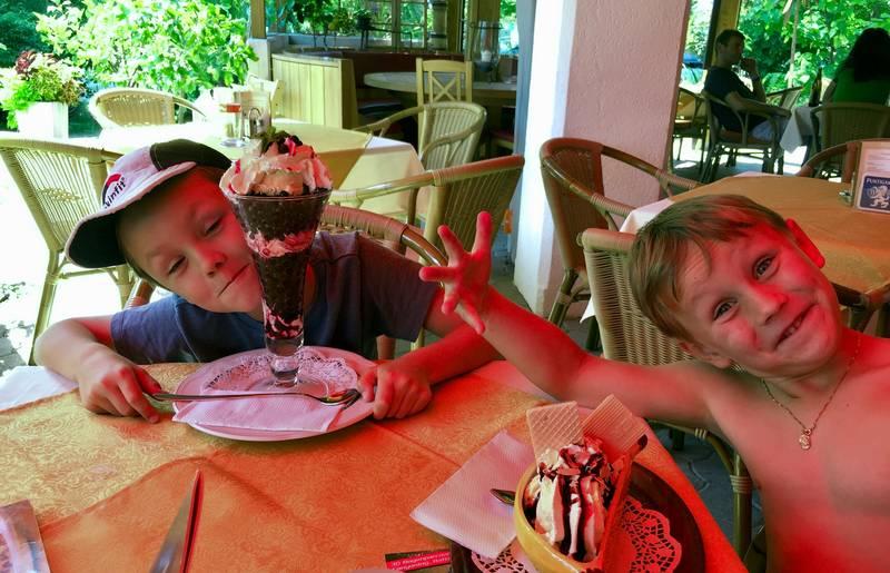 Moritz und Lorenz beim Eis essen