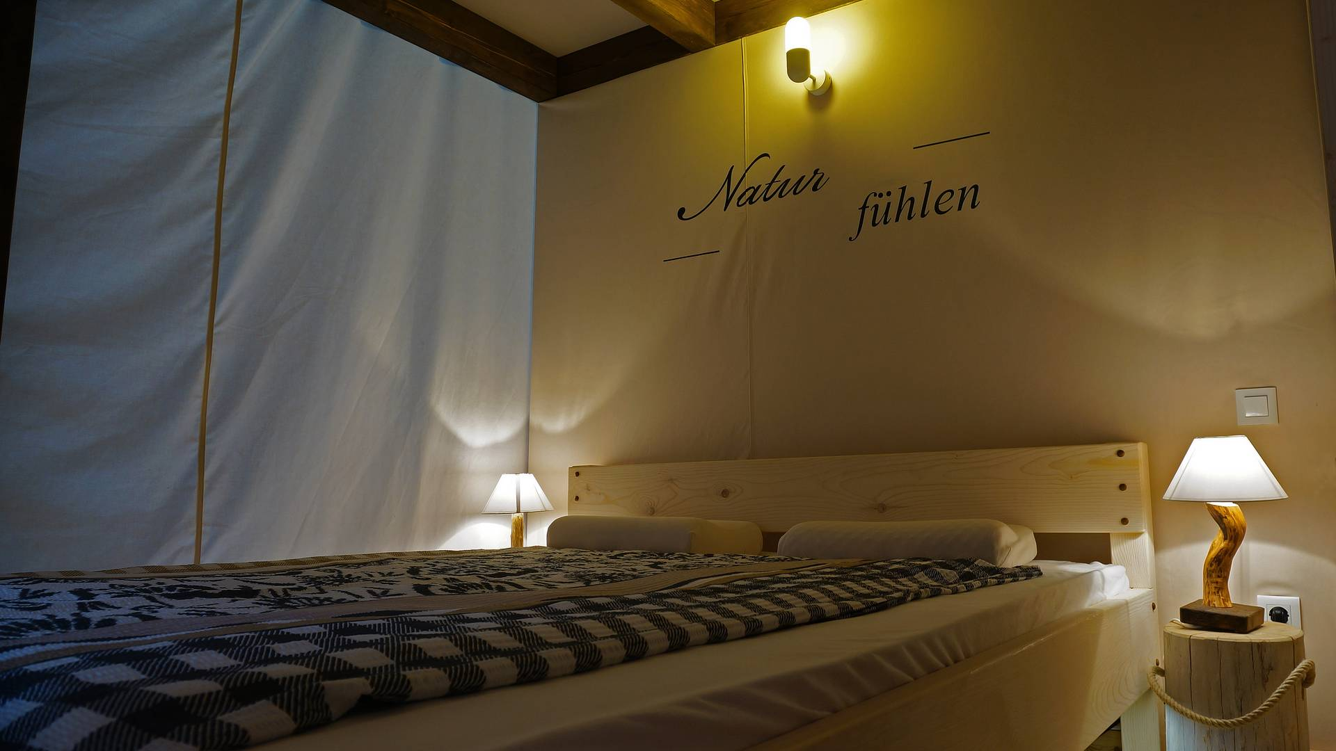 Bett im Lodgezelt am Turnersee
